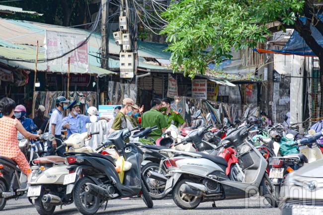 10 giờ sáng lượng người dân đi chợ rất đông tại đường Lê Thanh Nghị.