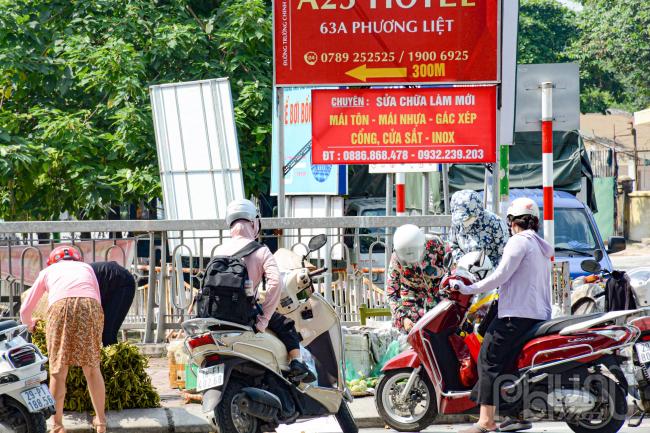 Do bị cấm họp chợ nên 1 số người dân bày thực phẩm trực tiếp ven đường.