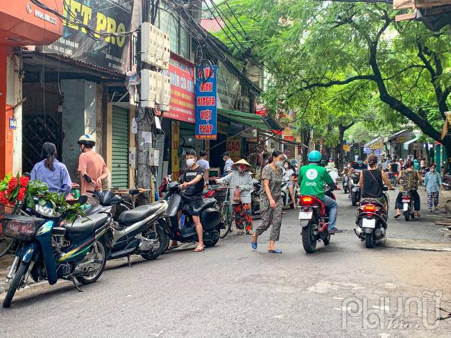 Người dân tập trung đi chợ mua lương thực trong ngày đầu thực hiện giãn cách xã hội là điều đáng lo ngại, dễdẫn đến nguy cơ lây lan dịch bệnh.