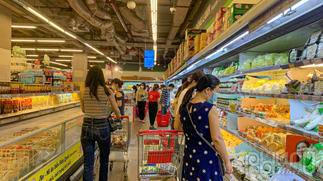 Bên trong siêu thị đông đảo người tiêu dùng đangchọn mua thứcăn.