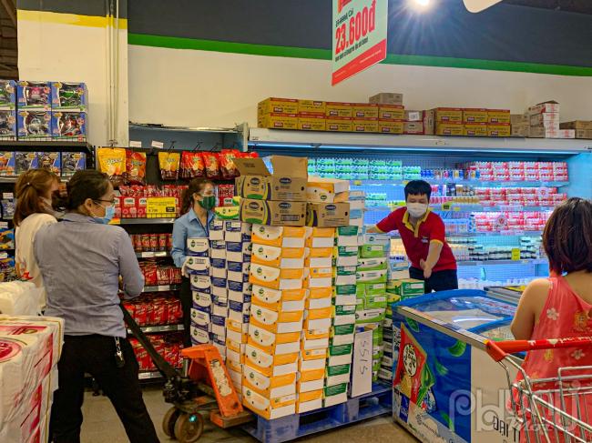 Nhân viên siêu thị phải liên tục chuyển hàng từ kho ra bày bán .