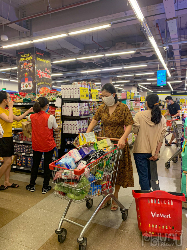 Chị H. mua rất nhiều đồ ăn vì chị lo ngại từ mai sẽ không đi siêu thị được