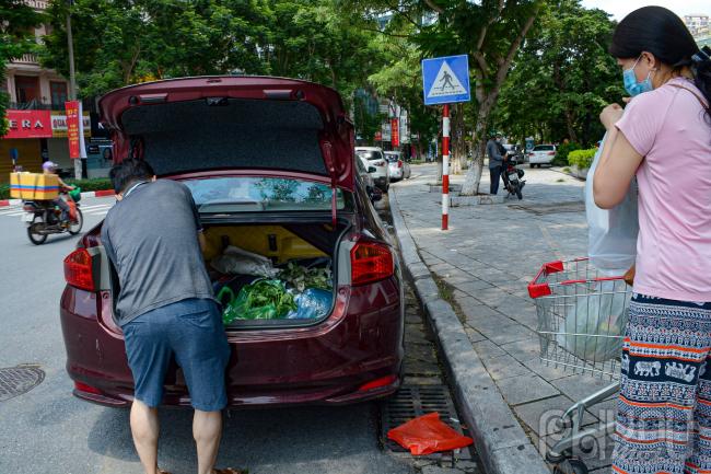 Nhiều người mang cả ô tô đi mua sắm để chở được nhiều lương thực hơn.