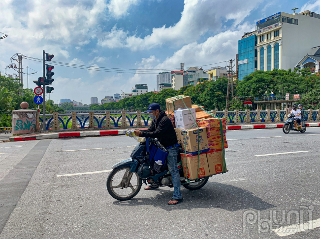 Mì tôm, đồ ăn nhanh, đồ khô bán rất chạy nên các nhân viên cửahàng tạp hoá nhỏ lẻ chạy lấy hàng liên tục.