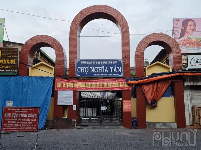 Chợ Nghĩa Tân đóng cổng chính, bên trong chợ chỉ bán các nhu yếu phẩm cần thiết.