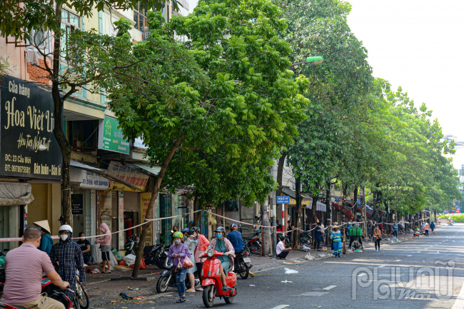 Người dân Hà Nội đổ xô đi mua lương thực trong ngày đầu tiên thực hiện giãn cách xã hội