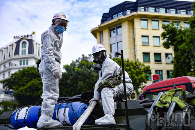 Công đoạn đổ hoá chất khử khuẩn vào xe chuyên dụng.