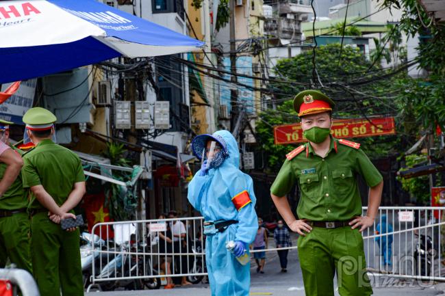 Lực lượng chức năng tại chốt chặn tại các điểm tiếp nhận lương thực phường Chương Dương.