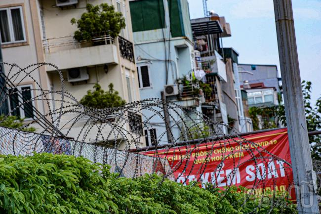 Trước đó, ngày 31-7, UBND quận Hoàn Kiếm (Hà Nội) đã quyết định thành lập vùng cách ly y tế tại địa bàn dân cư phường Chương Dương trong 14 ngày do có 17 trường hợp dương tính với virus SARS-CoV-2.