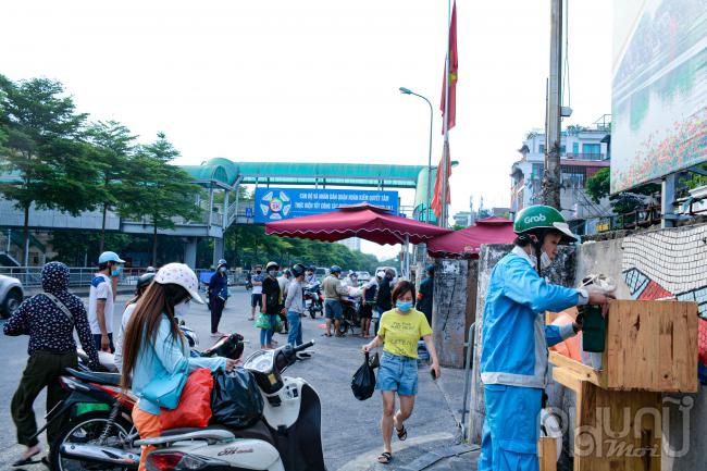Rất nhiều người dân tranh thủ tiếp tế lương thực cho người thân đang sinh sống phía trong khu vực cách ly phường Chương Dương.