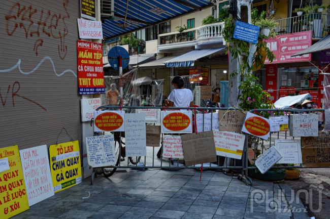 Tại các cổng đều được các tiểu thương treo rất nhiều tấm biển quảng cáo để người dân dễ dàng mua hàng.