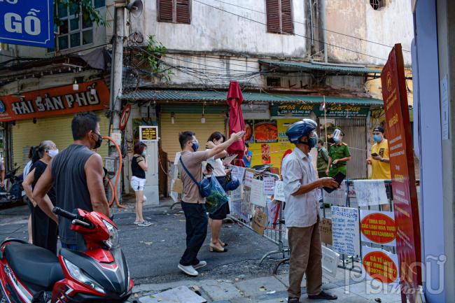 Biện pháp đi chợ theo kiểu treo biển quảng cáo mua đồ bằng cách gọi điện, quét mã QR rất tiện lợi cho nhiều người dân mua đồ lẻ thực phẩm cần thiết mà không phải vào chợ.