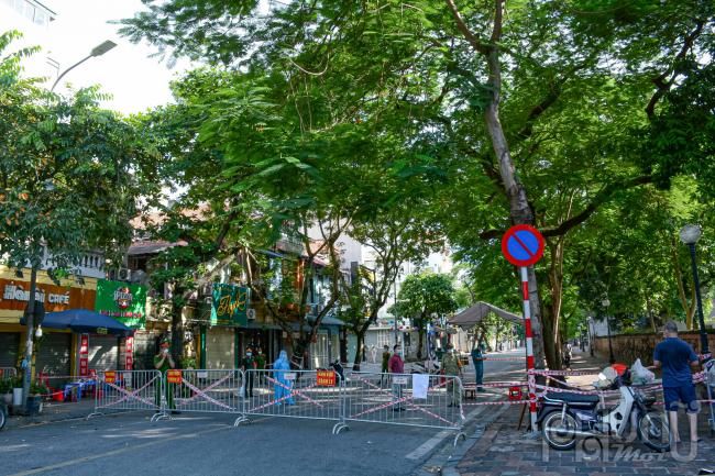 Chốt hàng rào cách ly y tế tại phố Văn Miếu cắt ngang Nguyễn Thái Học.