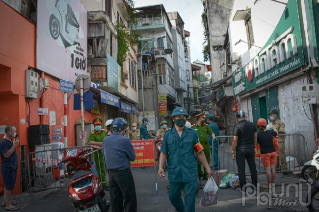 Chốt trạm cách ly khu vực ngã 3 phố Khâm Thiên cắt ngõ Văn Chương.
