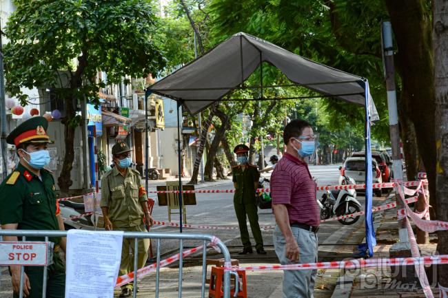 Tại các lối ra vào địa bàn phường Văn Miếu và Văn Chương, lực lượng chức năng đã thiết lập hàng rào, bố trí các chốt phong tỏa làm nhiệm vụ kiểm soát không cho người ra vào phường.