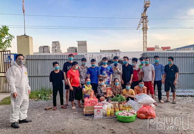 Những suất quà thiệt thực, ý nghĩa nhất thời điểm hiện tại được các thành viên trong hội trao tận tay người lao động mắc kẹt tại Hà Nội.