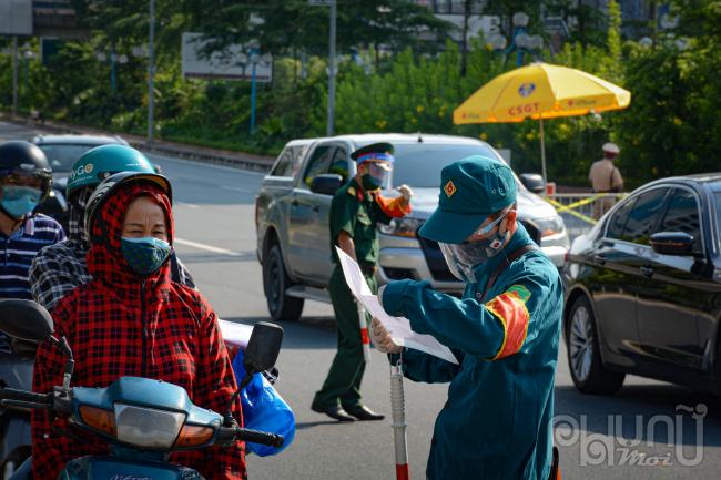Người dân muốn di chuyển qua cầu Nhật Tân phải có giấy tờ hợp lệ đầy đủ.