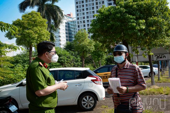 Lực lượng chức năng giải thích cho người dân về quy định giấy tờ ra đường, phổ biến cập nhật tin tức các quy định mới cho người dân hiểu và nắm rõ.