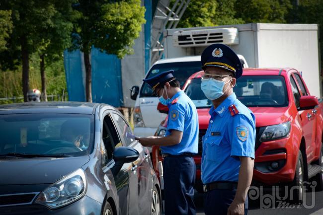 Kiểm tra phương tiện được phép vận chuyển các loại hàng hóa thiết yếu.