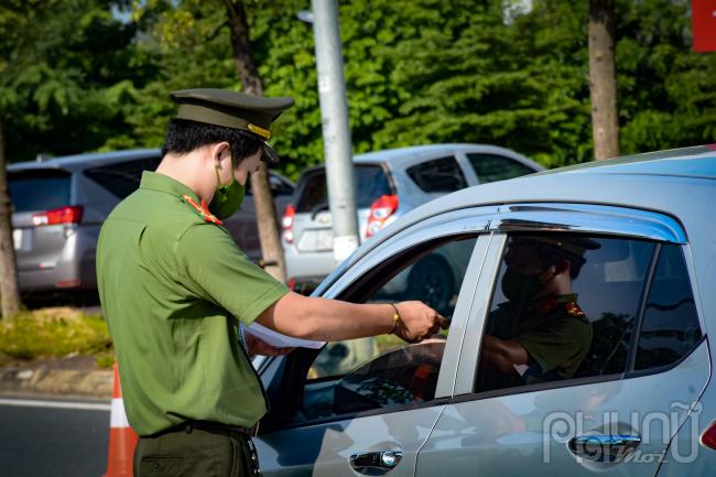 Lực lượng chức năng sẽ dừng phương tiện, đo thân nhiệt, yêu cầu khai báo y tế, kiểm tra Giấy đi đường do cơ quan có thẩm quyền cấp theo quy định.