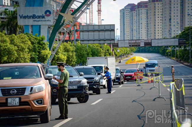 Thực hiện chỉ đạo của thành phố về kiểm soát chặt phương tiện, người dân từ ngoài vào trong, từ trong ra ngoài giữa các vùng, đúng nguyên tắc cách ly, ngăn ngừa lây nhiễm chéo.