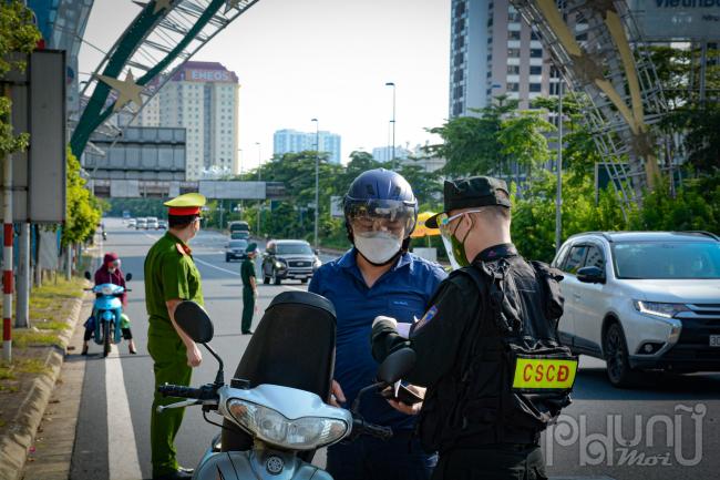 Mỗi chốt kiểm soát liên ngành có 16 cán bộ, chiến sỹ. Trong đó, Công an thành phố Hà Nội triển khai 10 cán bộ, chiến sỹ; cùng 2 cán bộ Sở Giao thông vận tải, 2 cán bộ Bộ Tư lệnh Thủ đô và Sở Y tế 2 cán bộ.