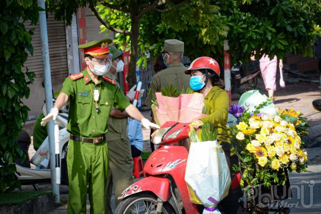 Lực lượng chức năng kiểm tra người dân chở hàng không thiết yếu khi ra đường.