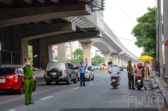 Ghi nhận của PV tại tại chốt kiểm soát đường Cầu Diễn, quân Bắc Từ Liêm(Hà Nội): Từ 6 giờ sáng ngày 8/9 lực lượng chức năng đã tiến hành phân luồng kiểm tra giấy đi đường của người dân.