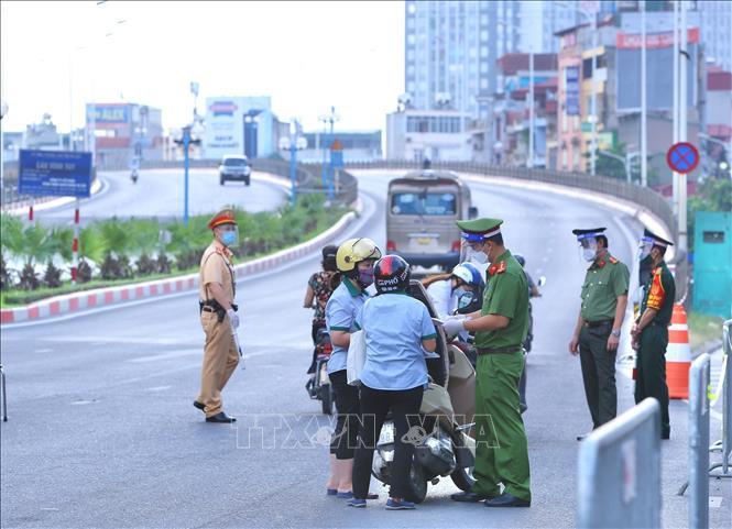 Mọi người dân muốn qua chốt cầu Vĩnh Tuy phải có đầy đủ giấy tờ hợp lệ.