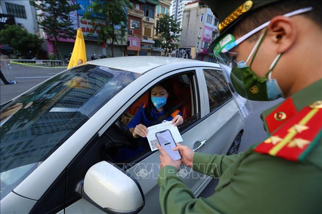 Lực lượng trực chốt cầu Vĩnh Tuy kiểm tra mã QR trên giấy đi đường của người dân sáng 8/9.