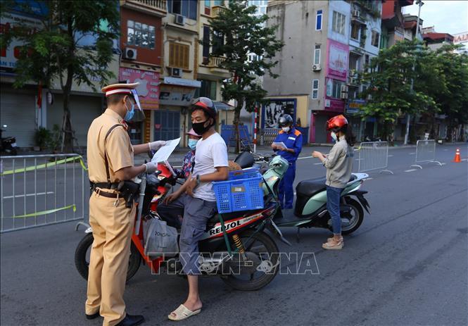 Từ sáng 8/9, công tác rà soát, kiểm tra giấy đi đường của người dân qua chốt cầu Vĩnh Tuy được thực hiện chặt chẽ.