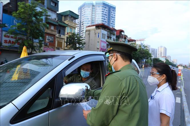 Lực lượng công an và y tế đảm bảo người có đủ điều kiện mới được di chuyển qua chốt cầu Vĩnh Tuy.