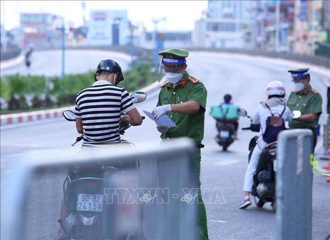 Lực lượng chức năng kiểm tra giấy tờ tất cả những người muốn qua cầu Vĩnh Tuy (ảnh chụp 6h35 sáng 8/9).