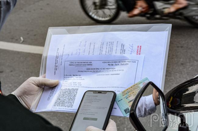 Mẫu giấy đi đường và mã nhận diện mới được cấp cho người dân.