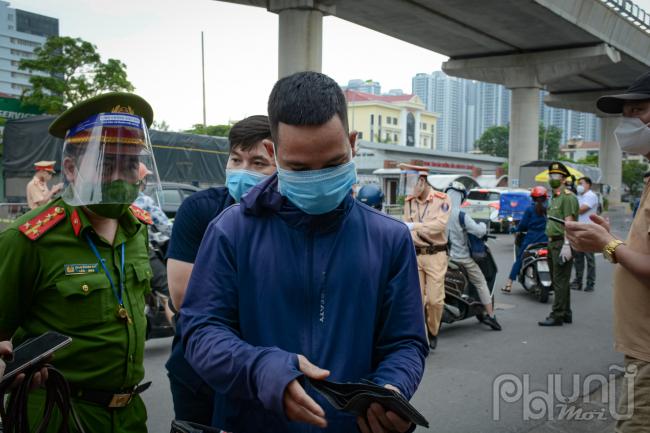 Trong quá trình kiểm soát giấy đi đường, lực chức năng phát hiện giấy đi đường của anh Hoàng Văn Phổ không đúng thông tin nên đã tiến hành ban giao cho cơ quan chức năng làm việc.