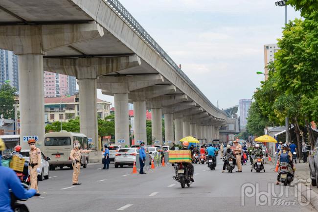 Tại điểm nóng đường Cầu Diễn sáng ngày 8/9, đã không xảy ra tình trạng tắc ngẽn kéo dài như ngày 6/8 đầu tuần.