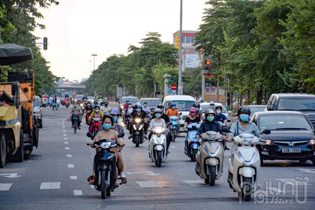Hàng loạt tuyến phố, trục đường lớn nhỏ tại trung tâm Hà Nội người đã dần đông trở lại sau khi nới lỏng giãn cách.