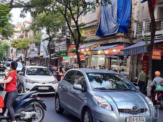 Người dân chen lấn mua bánh Trung thu tại phố Thụy Khuê khiến phương tiện giao thông khó di chuyển.