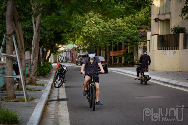 Lác đác vài người đạp xe quanh Hồ Tây.