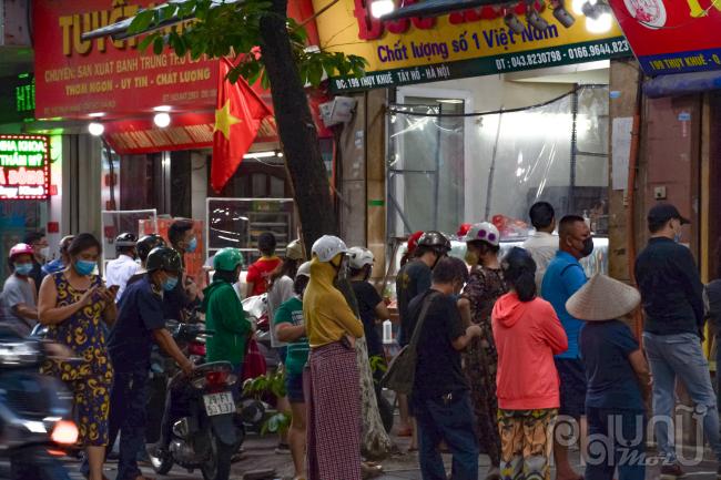 Tại thời điểm này rất nhiều người dân tập trung tại 3 cửa hàng ở Thuỵ Khuê, quận Tây Hồ để mua bánh trung thu truyền thống.