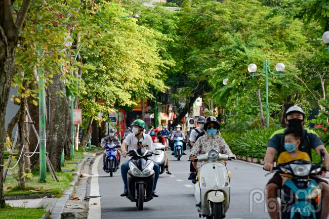 Đường Thanh Niên và các tuyến phố khác Hà Nội mật độ tham gia giao thông khá đông vào giờ cao điểm, tuy nhiên chưa gây ra tắc đường vì chưa hết thời gian giãn cách xã hội.