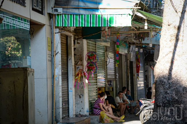 Các chủ cửa hàng ngồi thềm cửa mong ngóng từng ngày mong dịch bệnh mau qua đi để hoạt động kinh doanh sớm được trở lại.