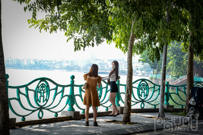 Hà Nội: Người dân đổ ra đường vui chơi nhân hết Chỉ thị 16