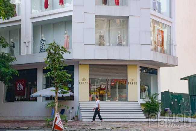 Các cửa hàng thời trang, trung tâm thương mại tại đường Trần Thái Tông bắt đầu mở cửa hoạt động từ rất sớm.