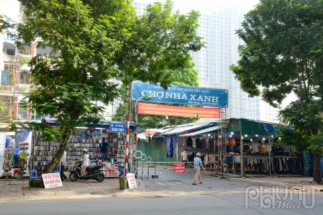 Một số cửa hàng thời trang tại chợ Xanh bắt đầu mở hàng. Chợ Nhà Xanh được coi là thiên đường mua sắm của sinh viên trước khi giãn cách thì nơi đây buôn bán quần áo rất sầm uất, náo nhiệt.