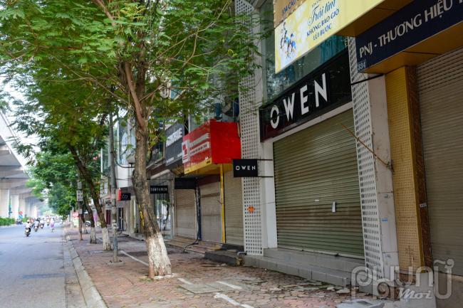 Một số cửa hàng thời trang tại đường Cầu Giấy vẫn đóng cửa im lìm lúc 8 giờ sáng.