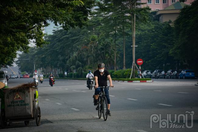 Người đàn ông này đạp xe đạp daọ phố rất sớm lúc đường còn vắng vẻ.