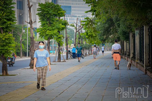 Cô Hoàng Thị Vọng sinh năm 1968, ở Yên Hoà, Cầu Giấy cho biết: Từ lúc Hà Nội thực hiện giãn cách xã hội đến hiện tại hơn 4 đợt tôi chưa ra khỏi nhà. Hôm nay được phép thể dục, thể thao ngoài trời tôi mới bắt đầu đi bộ lại, cảm giác thật thoải mái hết cảnh bức bí, chật chội, quanh quẩn trong nhà bấy lâu nay.