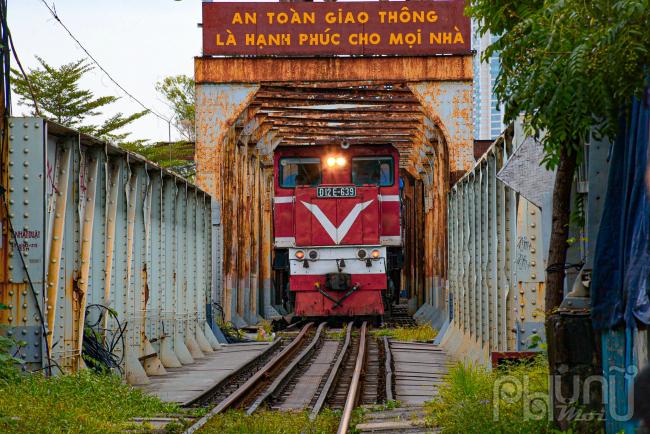 Chuyến tàu số ĐLE-639 xuất phát từ Hải Phòng - Hà Nội thuộc cặp tàu LP5/6 đã về đến ga Long Biên (Hà Nội) vào lúc 11 giờ 40 phút.Đây là chuyến tàu khách đầu tiên Hà Nội tiếp nhận trong đề xuất của BộGiao thôngvận tải thí điểm tổ chức chạy lại các tuyến tàu sau khoảng thời gian tạm dừng hoạt động vì dịch bệnh Covid-19.