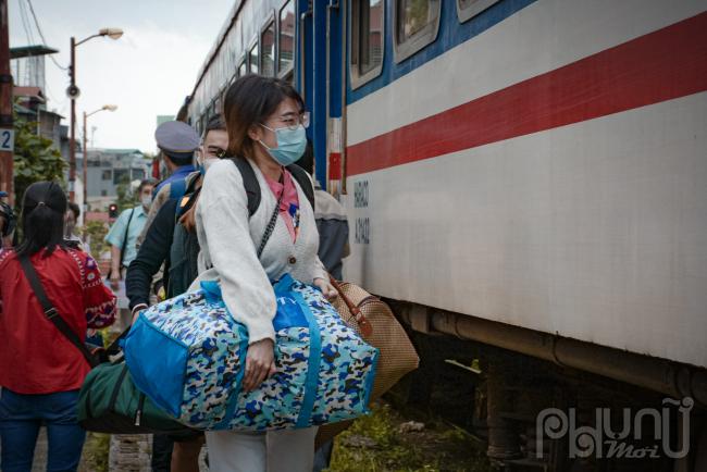 Hành khách cảm thấy vui mừng vì có phương tiện để về Thủ đô do hiện tại xe khách chưa thể di chuyển